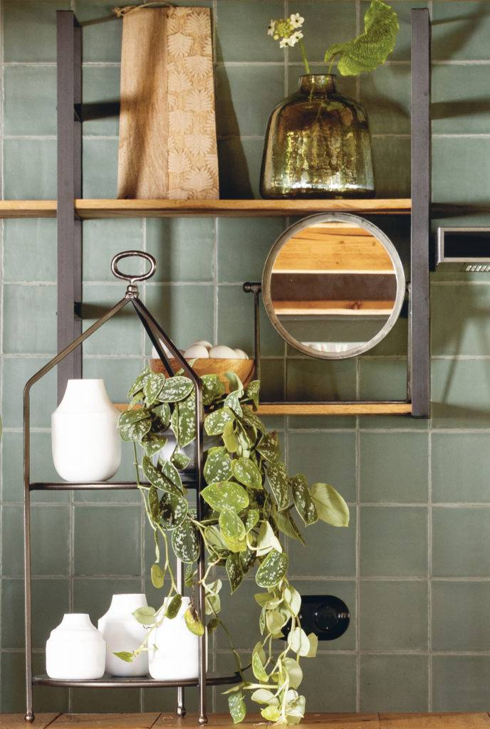 tapoe table mirror on shelf