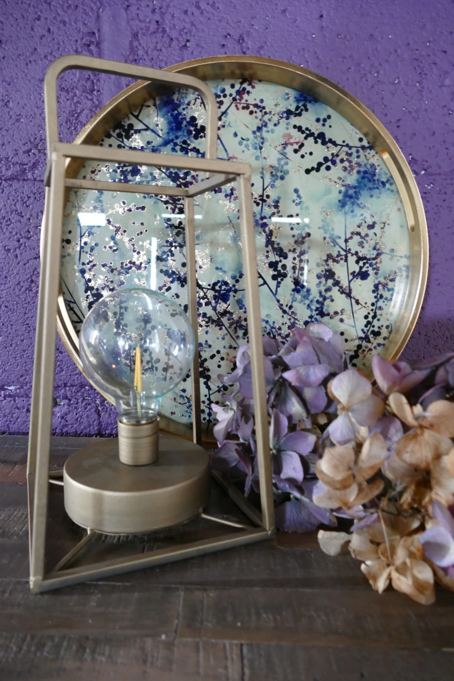 flower effect tray with geometric lamp and flowers