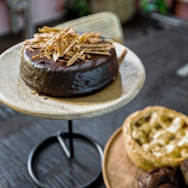 mango wood cake stand with chocolate cake
