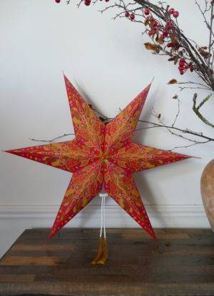 PAPER STAR RED AND GOLD ON TABLE