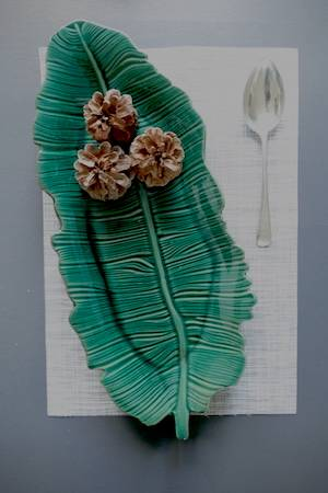 TROPICAL GREEN LEAF PLATTER ON TABLE