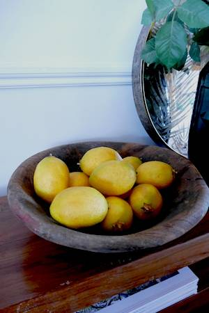 WOODEN FRUIT BOWL WITH LEMONS